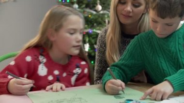 サンタさんへ手紙を家族の書き込み — ストックビデオ