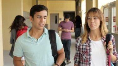 Öğrenci çift koridor yürüyüş — Stok video