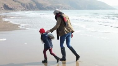 Mother And Daughter Playing On Winter Beach — 图库视频影像