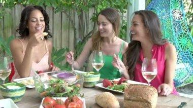 Drei Freundinnen, die Mahlzeit im Freien genießen — Stockvideo