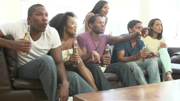Amici di sesso femminile seduto sul divano video stock - Video sesso sul divano ...