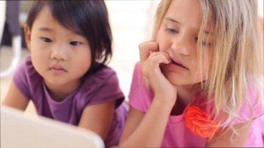 Två små flickor med laptop — Stockvideo