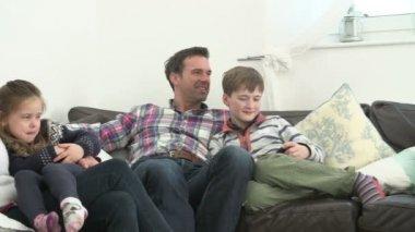 Бабушки и дедушки, родители и дети, смотреть телевизор — Стоковое видео