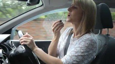 Frau schminken im Auto — Stockvideo