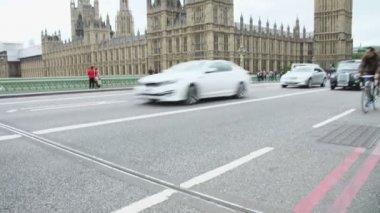 Дом парламента от Вестминстерского моста с туристами — Стоковое видео