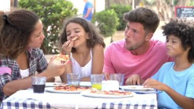 Family eating pizza at restaurant — Stock Video