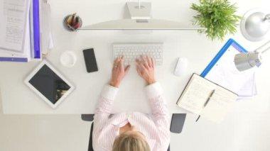 Çalışma iş kadınları havai görünümü — Stok video