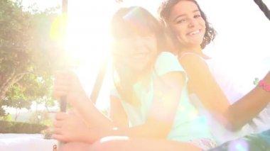 Dívky baví na houpačce — Stock video