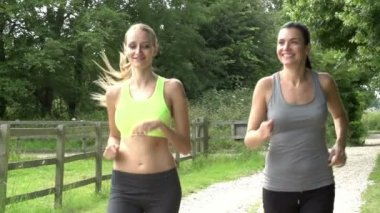 Female Friends On Run In Countryside — Stock Video
