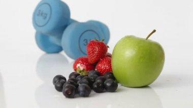 Frutas frescas e pesos de mão — Vídeo stock