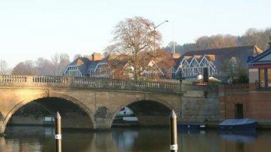 Le trafic Crossing Bridge Over River Thames — Vidéo