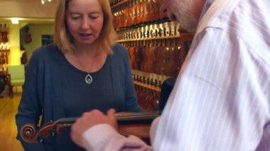 Cliente que recoge el violín de tienda — Vídeo de Stock