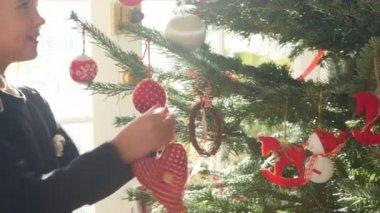 Girl decorating christmas tree — Stock Video