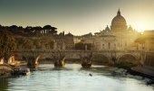 バチカン市国のサンピエトロ寺院をテヴェレ川と st に表示します。 — ストック写真
