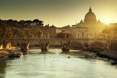 посмотреть на тибр и святого петра в ватикане — Стоковое фото