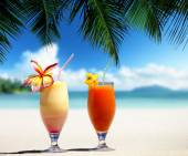 Fresh fruit juices on a tropical beach — Stock Photo