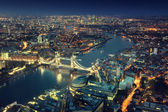 London at night with urban architectures and Tower Bridge — Stock Photo