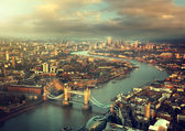 Vista aérea de Londres com a Tower Bridge em vez por do sol — Fotografia Stock