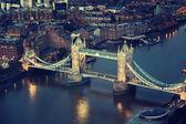 London på natten med urban arkitekturer och tower bridge — Stockfoto