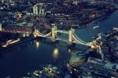 Londra di notte con architetture urbane e tower bridge — Foto Stock