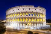 Het colosseum at nacht, rome, italië — Stockfoto