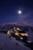 Castelluccio di Norcia snow covered at night — Stock Photo