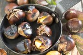 Chestnuts in a skillet. — Stock Photo