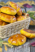 Basket with pumpkin buns. — Zdjęcie stockowe
