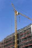 Construction site with cranes against blue sky — Stock Photo