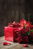 Box of chocolate truffles with red flowers  — Foto Stock