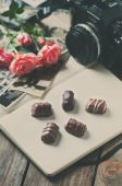 Vintage camera, old photos and roses, toned image — Stock Photo