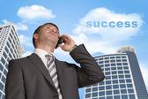 Affärsman prata i telefon. Moln med ordet framgång — Stockfoto
