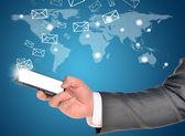 Mains d'homme à l'aide de téléphone intelligent avec le vol des enveloppes — Photo