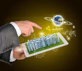 Mani dell'uomo utilizza tablet pc. Città d'affari sul touch screen. Terra vicino al computer — Foto Stock