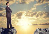 Podnikatel, stojící na okraji skály propast — Stock fotografie