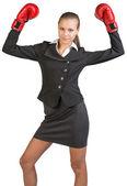Kobieta na sobie Rękawice bokserskie stały w pozie zwycięstwo — Zdjęcie stockowe