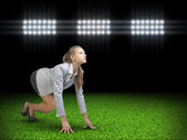 Businesswoman standing in running start pose — ストック写真