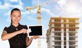 Jonge vrouw holging Tablet Pc- en kaart — Stockfoto
