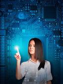 Empresária, pressionando na tela holográfica — Fotografia Stock