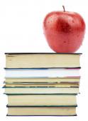 新鲜苹果在书堆上 — 图库照片