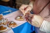 Decorating a gingerbread heart — Stock Photo