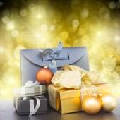 Stapel van geschenkdozen met kerstversiering — Stockfoto