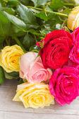 Gele en roze rozen op tafel — Stockfoto
