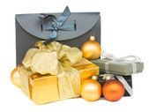 кучу подарочных коробок с рождественские украшения — Стоковое фото
