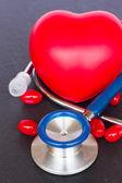 2 つの赤の心と錠剤の聴診器 — ストック写真