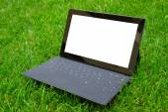 Tablet z klawiatury na świeżej trawy — Zdjęcie stockowe