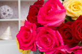 Red and pink  roses  on table — Foto de Stock