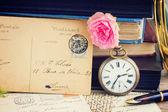 Antik klocka på gamla böcker och bokstäver bakgrund — Stockfoto