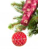 Rode bal kerstversiering op fir tree — Stockfoto