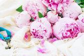 キーを持つピンクの牡丹の花 — ストック写真